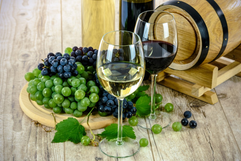 Two types of wine and grapes
